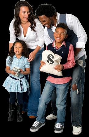Famille avec deux enfants tenant des billets